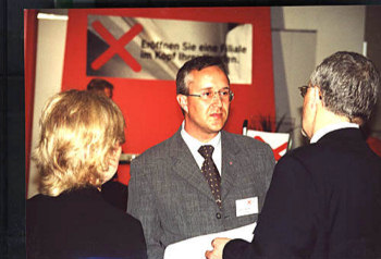Gerhard Heckmann, business style at trade fair (10 kB)